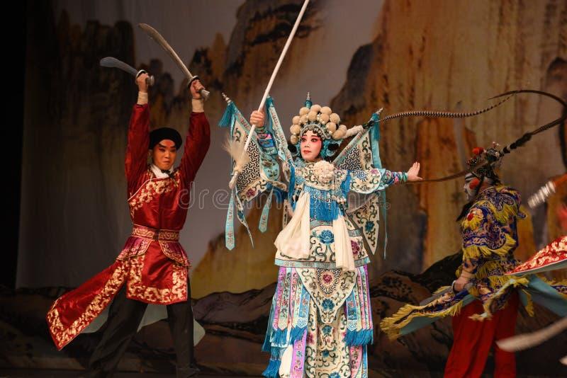 """Slåss mot generaler för PekingOpera"""" kvinnor av Yang Familyâ € arkivfoton"""