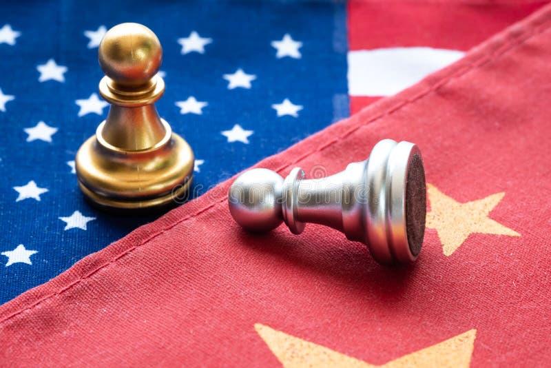 Slåss schack pantsätta på den Kina och USA-nationsflaggan Handla kriget och konflikten mellan landsbegreppet arkivfoton