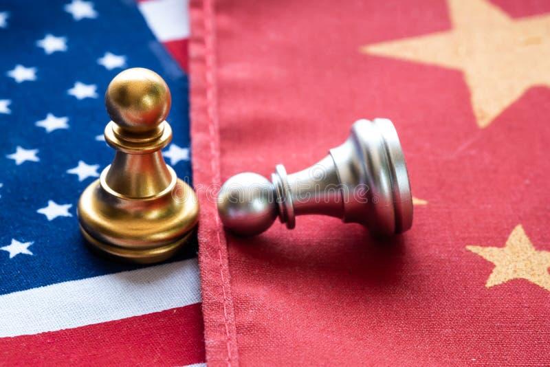 Slåss schack pantsätta på den Kina och USA-nationsflaggan Handla kriget och konflikten mellan landsbegreppet royaltyfria bilder