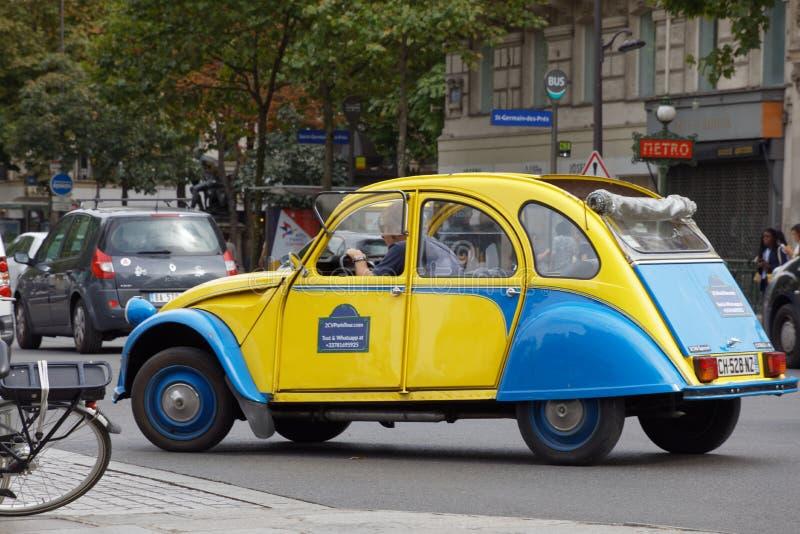 Slösa och gulna Citroen på gatorna av Paris royaltyfria bilder