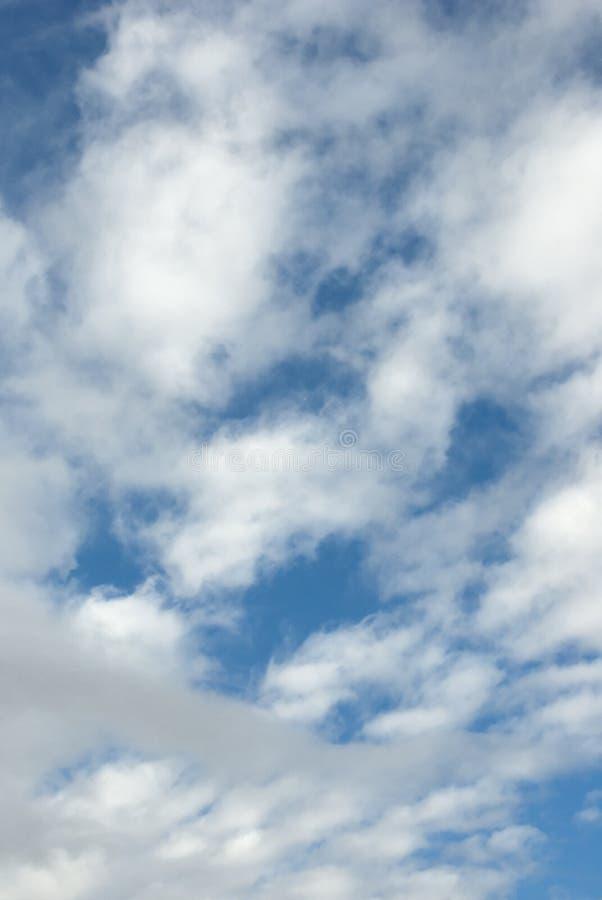 Slösa skyen med vitmoln arkivbilder