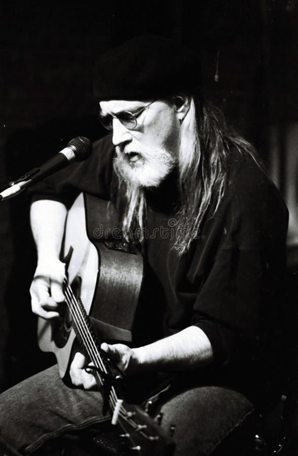 Slösar konstnären som spelar en akustisk gitarr på den Beale gatan i Memphis, TN arkivfoto