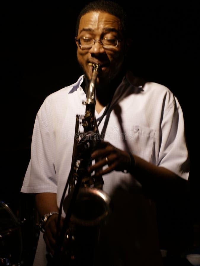 Slösar konstnären som spelar en saxofon på den Beale gatan i Memphis, Tennessee royaltyfria bilder