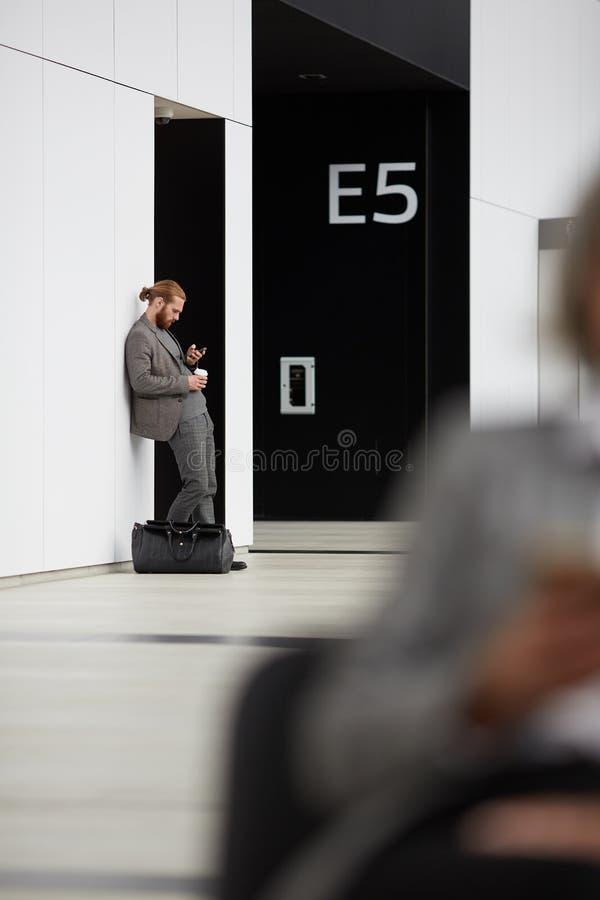 Slösning av tid i flygplats arkivfoto