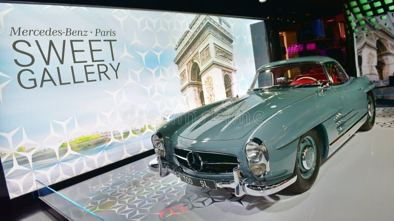 300 SL Oldtimer auf Anzeige an der Mercedes Benz-Galerie entlang Champion Elysees in Paris lizenzfreies stockbild