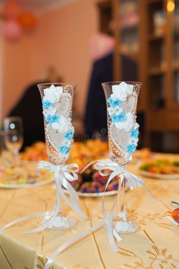 Sl?sad mat p? den festliga tabellen efter matst?lleparti royaltyfri fotografi