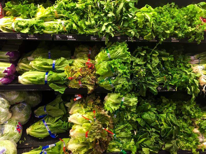 Sla in een de opbrengsafdeling van de kruidenierswinkelopslag stock afbeelding