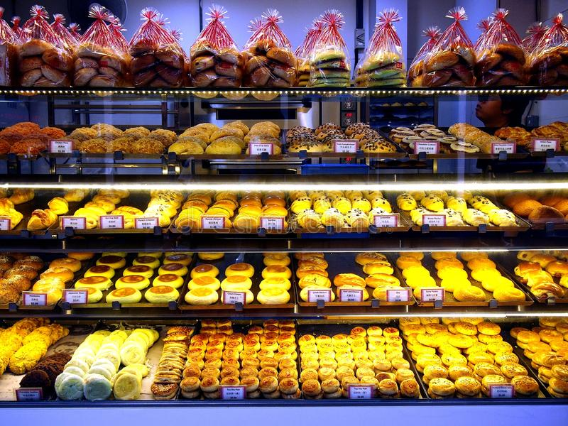 Slaan de vers gebakken broden en de gebakjes op vertoning bij een bakkerij in de stad van Tampines in Singapore op royalty-vrije stock afbeelding