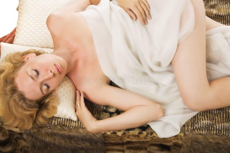 Slaap blonde vrouw stock foto's
