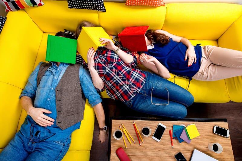 Slaap en vermoeide studenten op de laag stock afbeelding