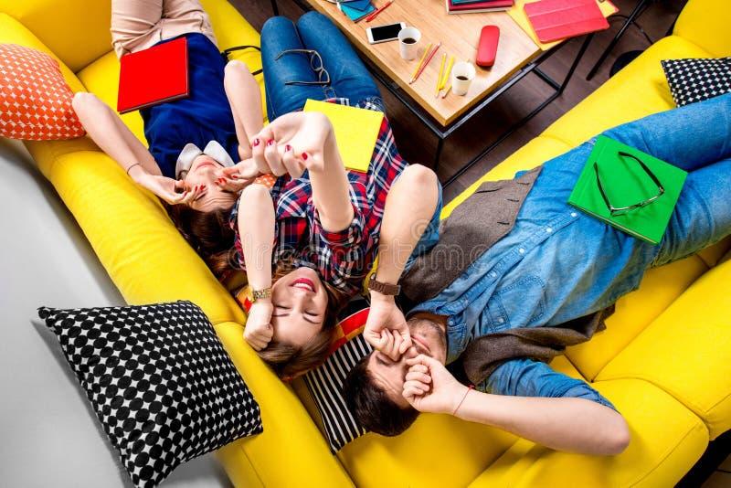 Slaap en vermoeide studenten op de laag royalty-vrije stock foto's