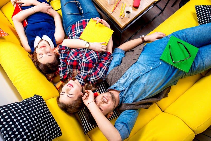 Slaap en vermoeide studenten op de laag stock afbeeldingen