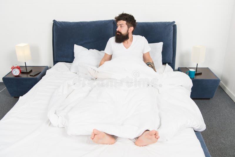 in slaap en wakker Te vroeg aan kielzog omhoog gebaarde mensen hipster slaap in ochtend rijp mannetje met baard in pyjama op bed royalty-vrije stock foto's