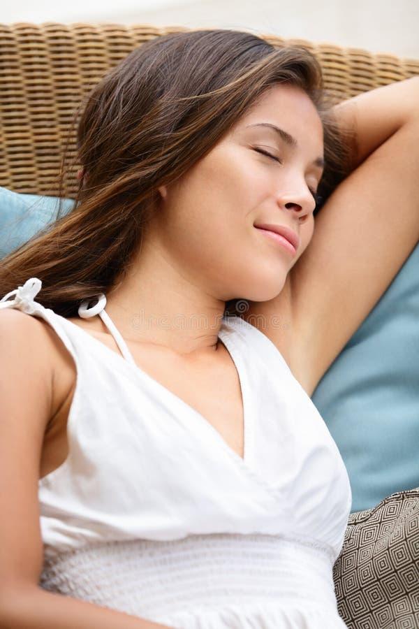 Slaap ontspannende mooie vrouw die het sluimeren rusten stock fotografie