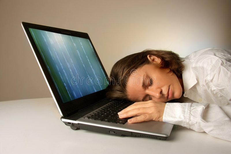 Slaap op laptop stock foto
