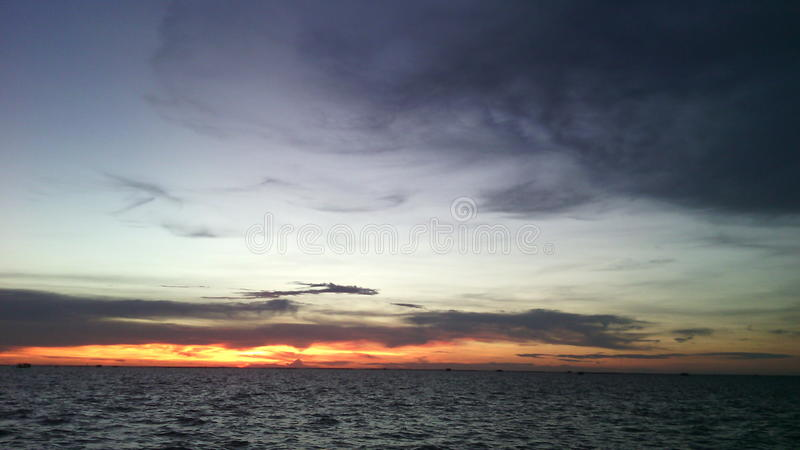 Slaap overzeese grijze hemel en avondlicht royalty-vrije stock afbeelding