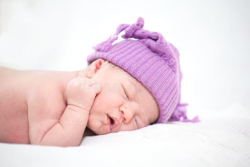 Slaap pasgeboren baby (op de leeftijd van 14 dagen) royalty-vrije stock fotografie