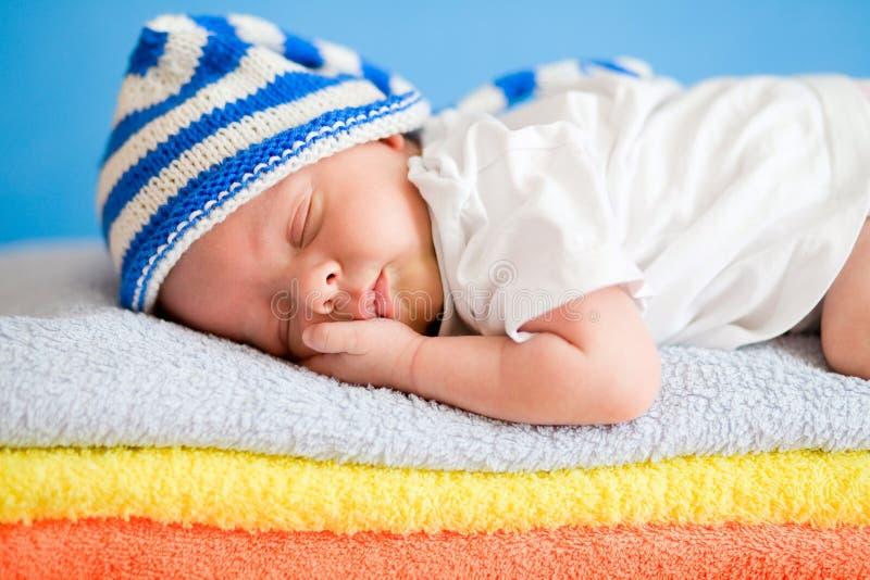 Slaap pasgeboren baby op kleurrijke handdoeken stock foto