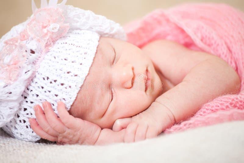 Slaap pasgeboren baby (op zijn 14 jaar dagen) royalty-vrije stock foto's