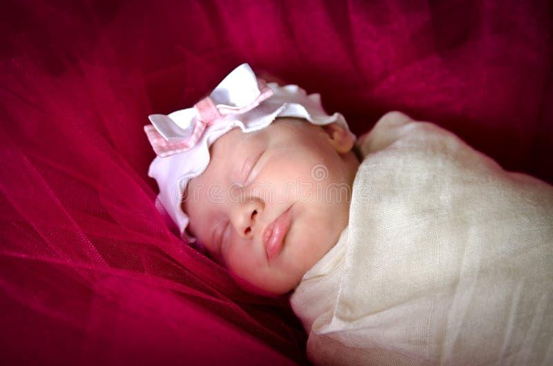 Slaap pasgeboren babymeisje royalty-vrije stock afbeelding