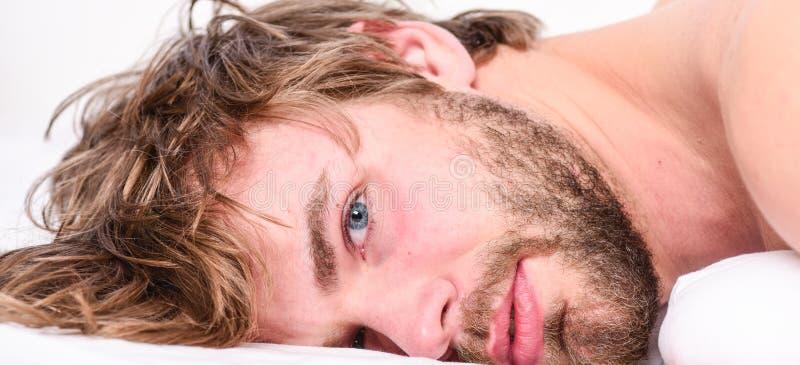 Slaap van het mensen ontspant de ongeschoren gebaarde gezicht of ontwaakt enkel Eenvoudige uiteinden om uw slaap te verbeteren Bi stock afbeeldingen
