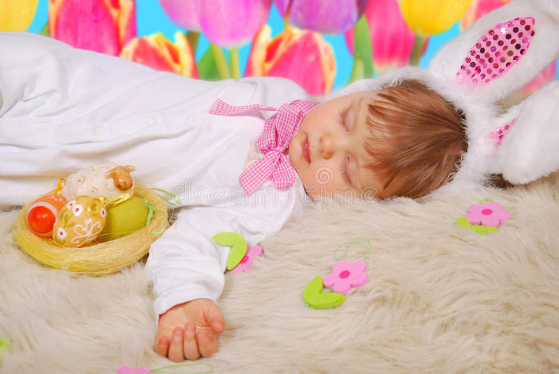 Slaapbaby in Pasen-konijntjeskostuum royalty-vrije stock fotografie