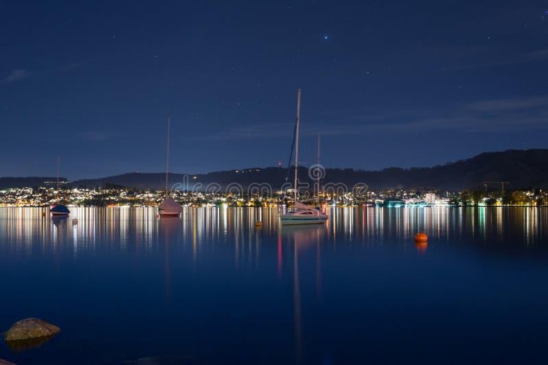 Slaapboten op het meer Zürich stock afbeeldingen