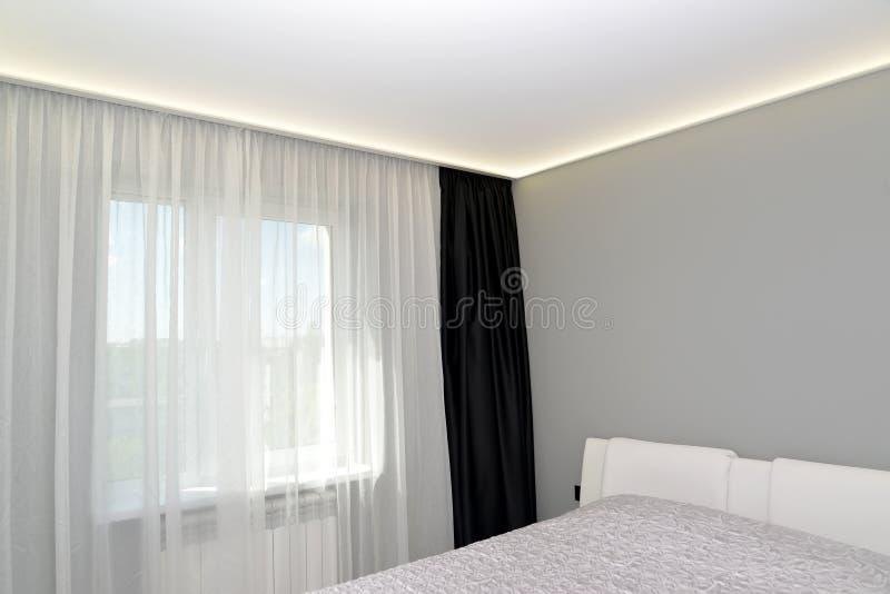Slaapkamer binnenlands fragment met een zwarte portiere royalty-vrije stock afbeelding