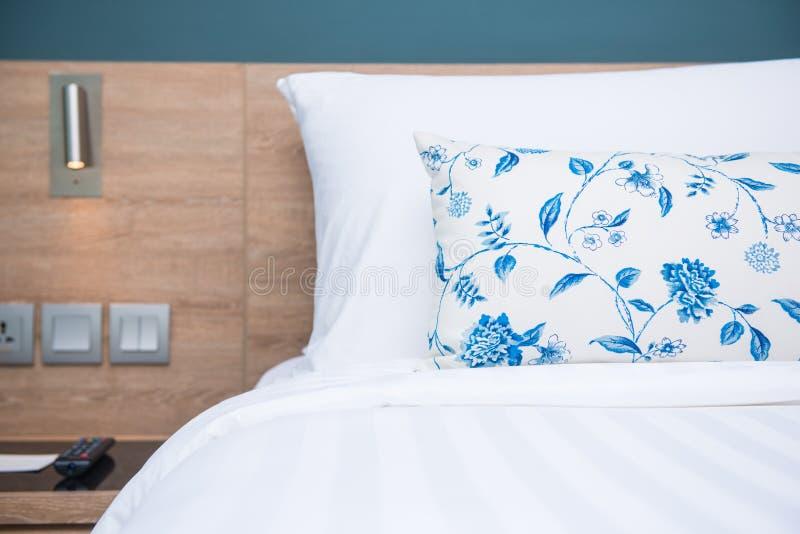 Slaapkamer binnenlands ontwerp met comfortabele zachte hoofdkussens royalty-vrije stock foto