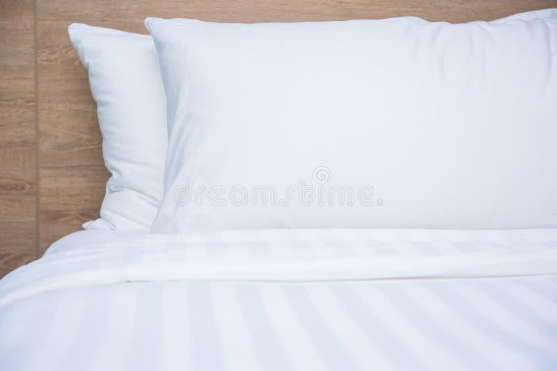 Slaapkamer binnenlands ontwerp met comfortabele zachte hoofdkussens stock fotografie