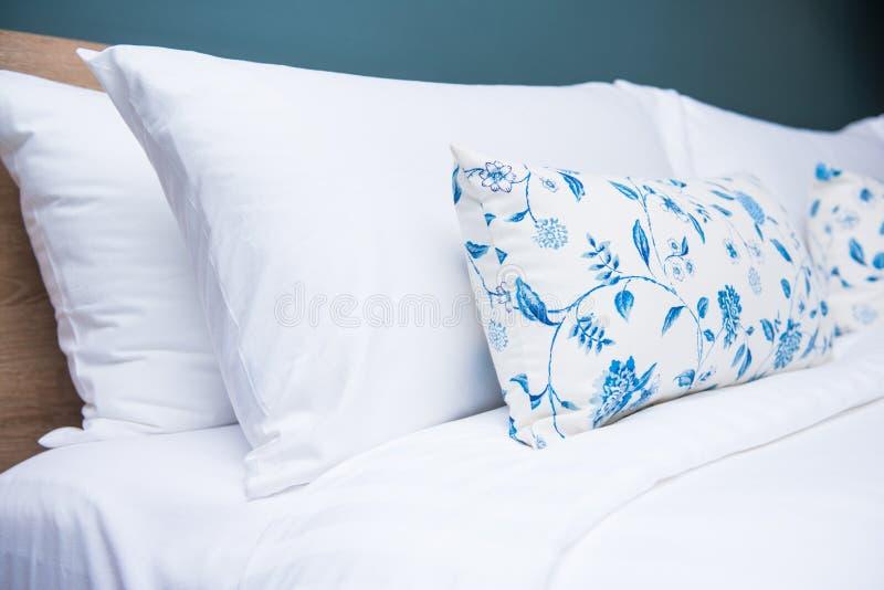 Slaapkamer binnenlands ontwerp met comfortabele zachte hoofdkussens stock foto
