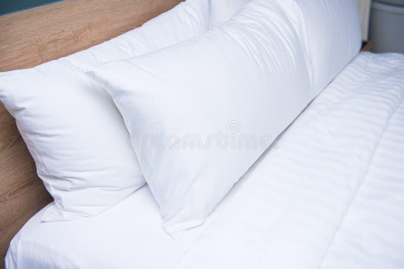 Slaapkamer binnenlands ontwerp met comfortabele zachte hoofdkussens royalty-vrije stock foto's