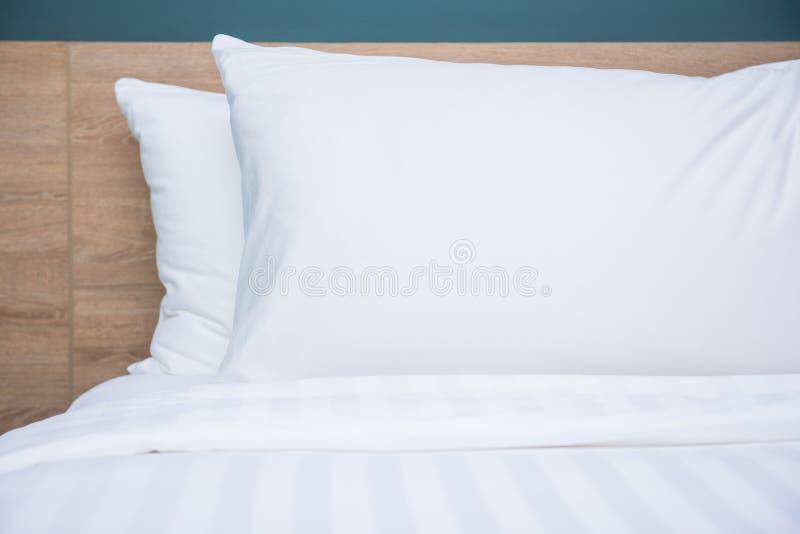 Slaapkamer binnenlands ontwerp met comfortabele zachte hoofdkussens royalty-vrije stock afbeelding
