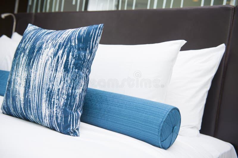 Slaapkamer binnenlands ontwerp met hoofdkussens royalty-vrije stock foto's