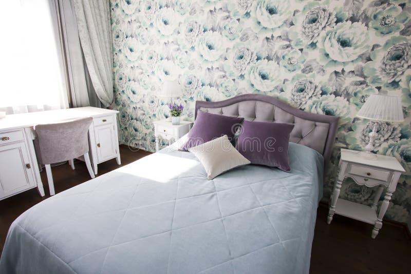 Slaapkamer in de stijl van de Provence in blauw en lilac kleuren helder modern binnenland stock foto