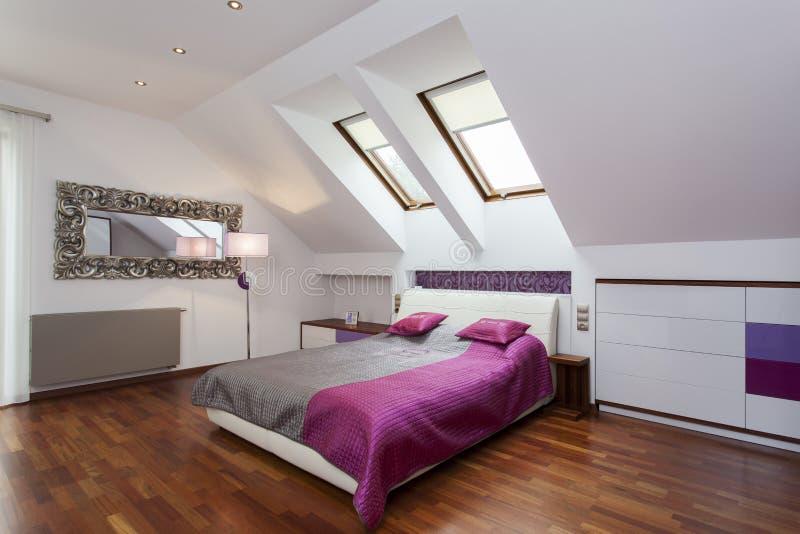 Slaapkamer in de zolder royalty-vrije stock foto