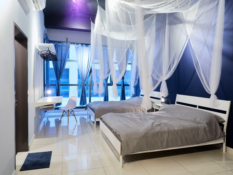 Slaapkamer in een moderne flat royalty-vrije stock afbeelding
