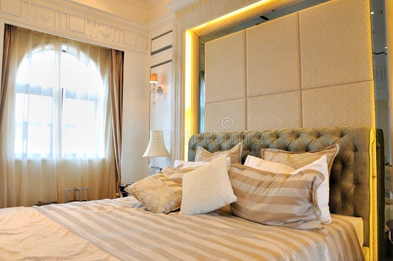 Slaapkamer en venster met gordijnverlichting royalty-vrije stock afbeelding