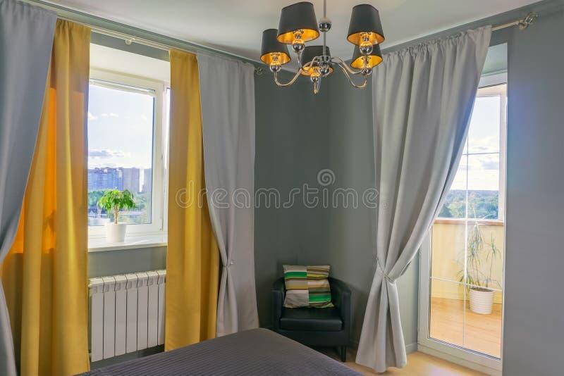 Slaapkamer in grijze en gele tonen royalty-vrije stock fotografie