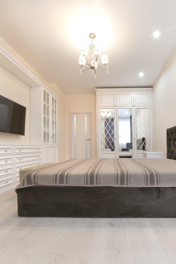 https://thumbs.dreamstime.com/b/slaapkamer-lichte-kleuren-met-donker-bed-en-tv-elektrische-verlichting-108406098.jpg