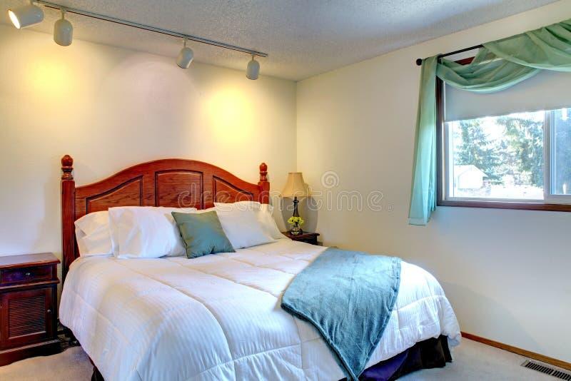 Slaapkamer met antiek bed stock afbeelding