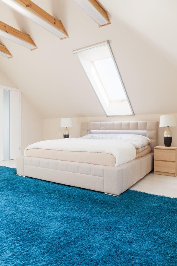Slaapkamer Met Blauw Tapijt Stock Afbeelding - Afbeelding bestaande ...