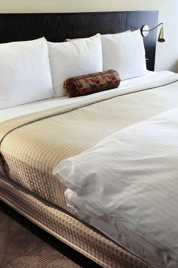Slaapkamer met comfortabel bed royalty-vrije stock foto