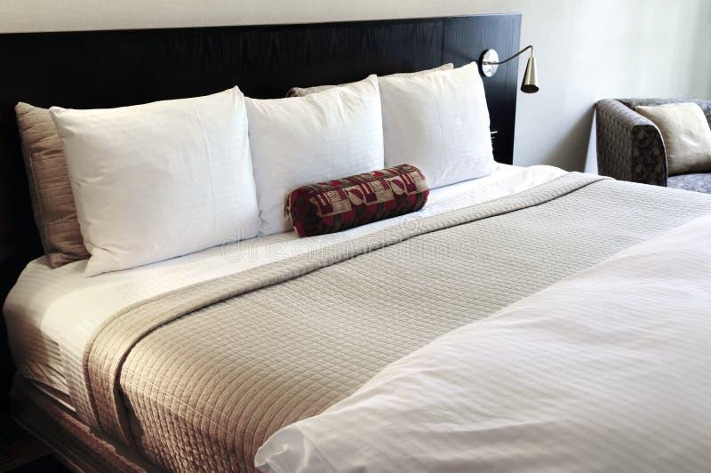 Slaapkamer met comfortabel bed royalty-vrije stock fotografie