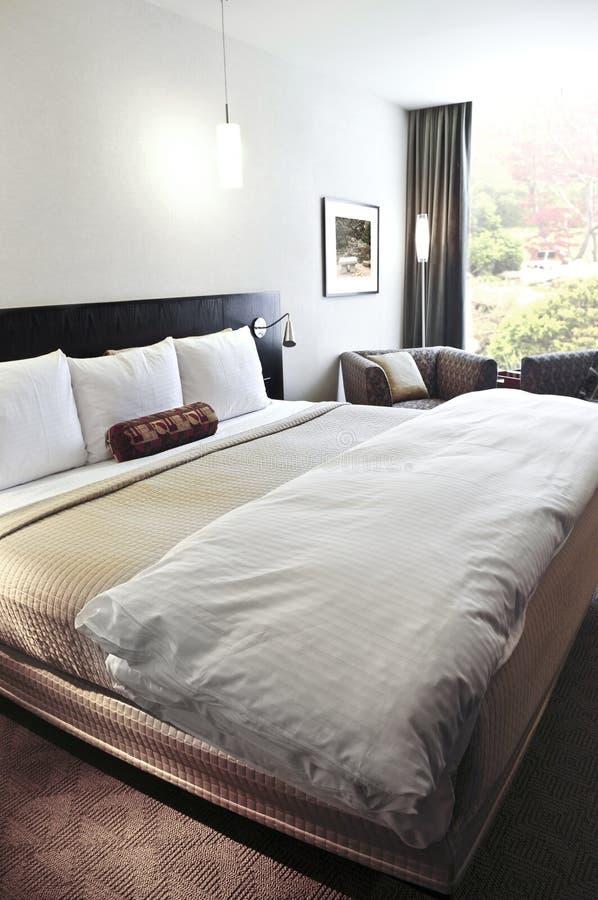 Slaapkamer met comfortabel bed royalty-vrije stock foto's