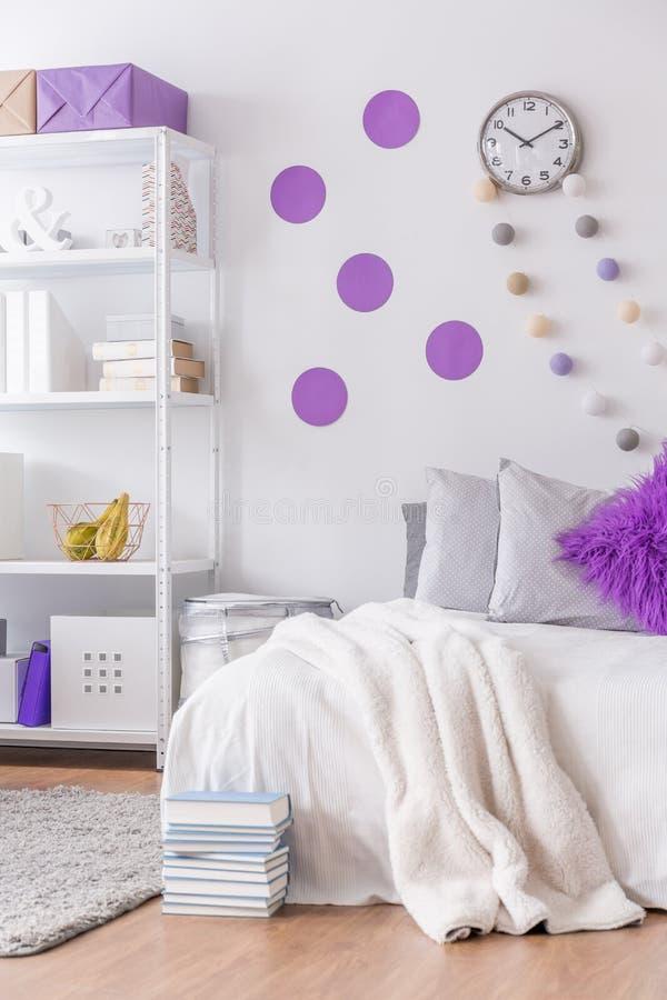 Slaapkamer Met Decoratieve Muur Stock Foto - Afbeelding bestaande ...