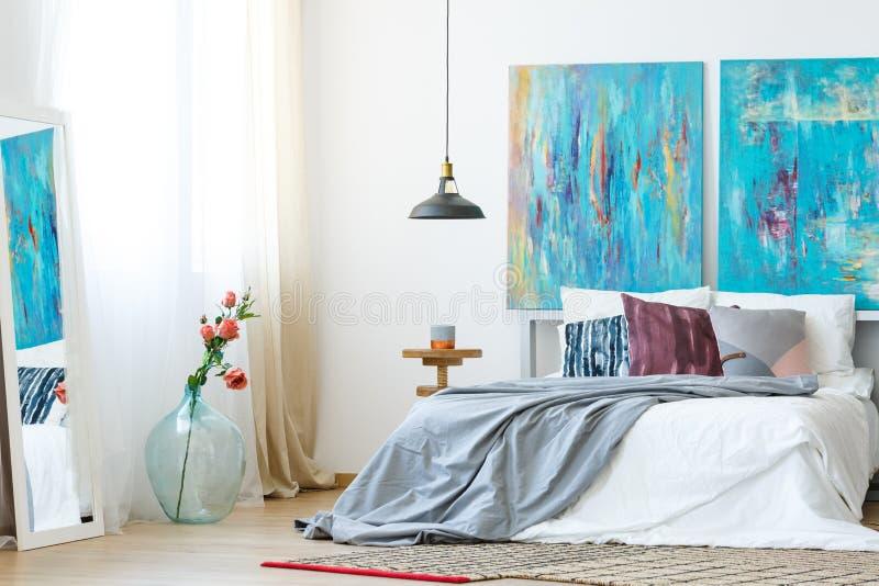Slaapkamer met DIY geschilderde hoofdkussens stock afbeelding