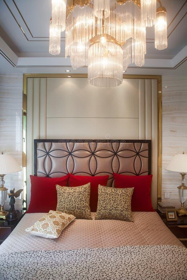 Slaapkamer met een comfortabel bed stock foto's