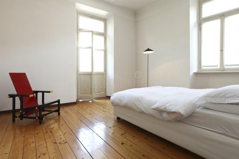 Slaapkamer Met Een Tweepersoonsbed En Een Stoel Stock Afbeelding ...