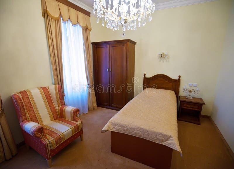 slaapkamer met eenpersoonsbed royalty vrije stock fotografie